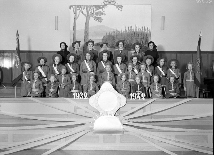 """Uppgift enligt fotografen: """"Uddevalla. Gruppfoto. Frälsningarmen U-a 1932-1942."""""""