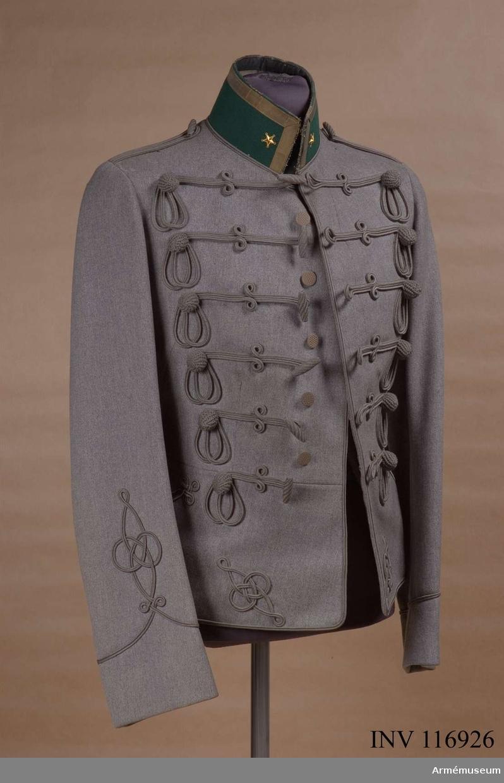 """I innerfickan är fastsytt en etikett från Eric Söderlunds Militärskrädderi, Stockholm, där står: """"Herr Major O. Lidholm, den 15 maj 1918""""."""