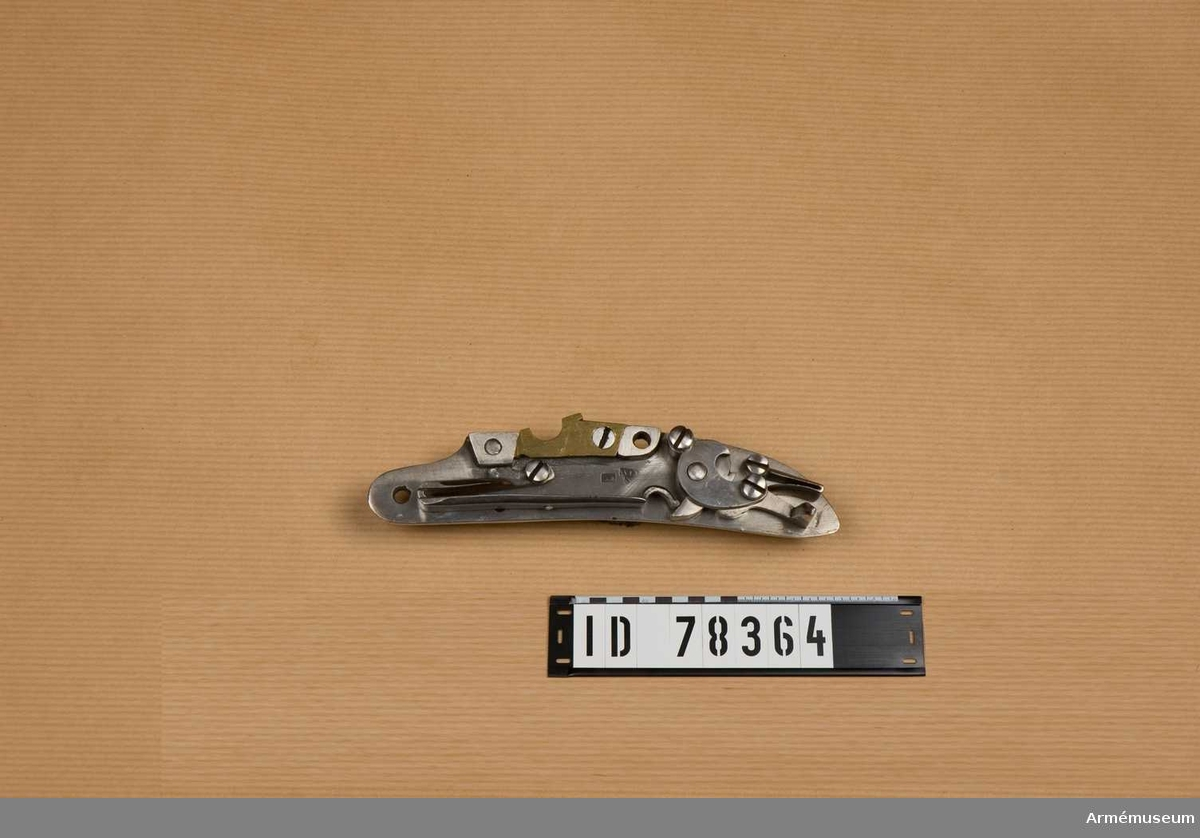 """Låset är märkt (transkriberat till latinska alfabetet) """"Tula 1813"""". (?) Hane saknas."""