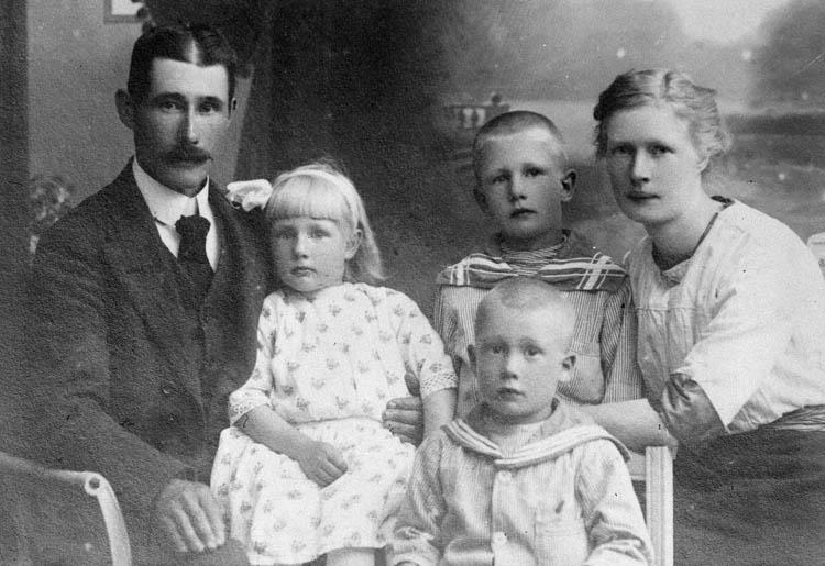 """Text till bilden:""""Familjebild""""."""