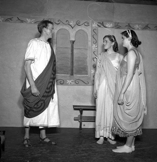 """Text till bilden:""""Ett tre ungdomar i en teaterakt""""."""