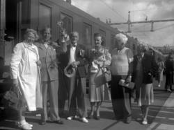 Sällskap på tågstation, Hällekind 1938