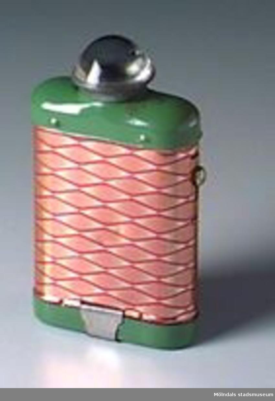 Rektangulär batteridriven ficklampa i röd-grön-guldmålad plåt.