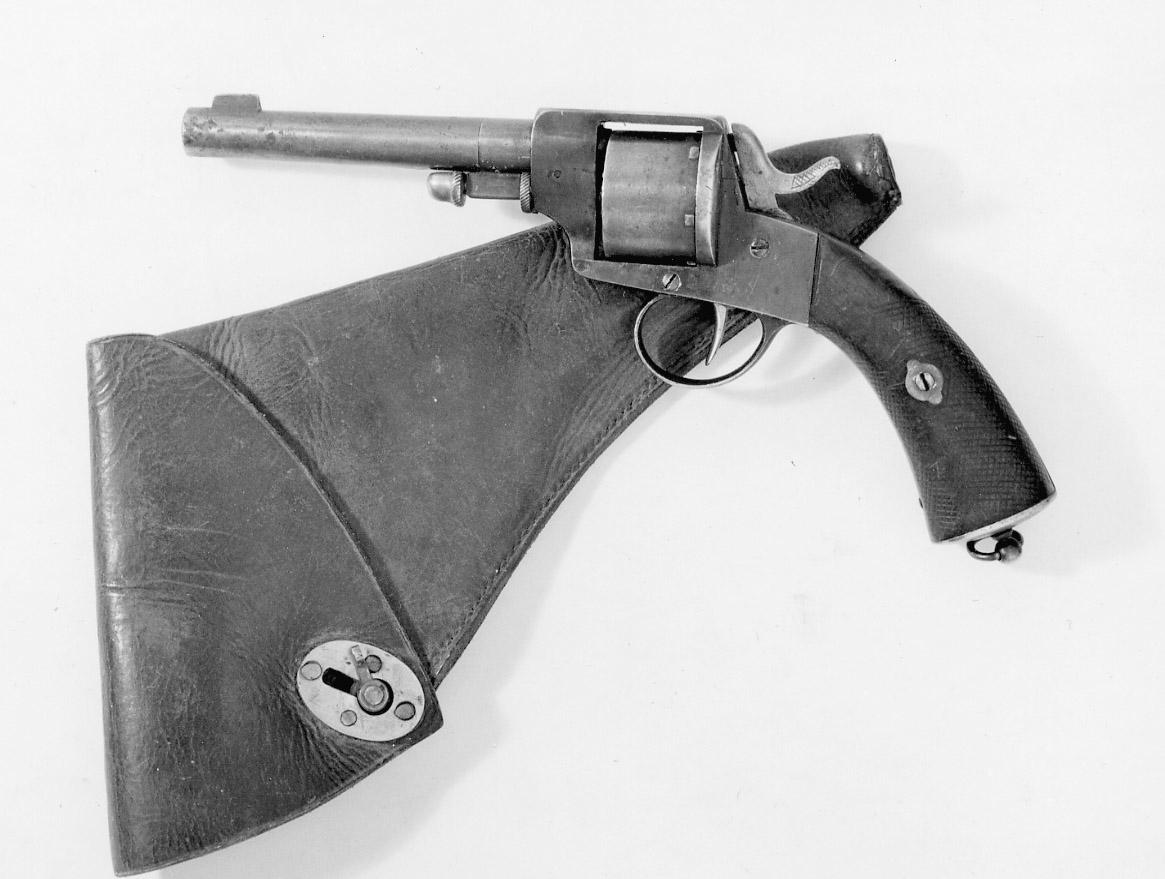 Revolver modell 1871 av 11 mm kaliber konstruerad av AugustFredrik Hagström. Avsedd för vaktbetjänt som med- följerlandsvägspost. Tillverkningsnummer 6296. Revolvern tillverkadeshuvudsakligen av A.Francotte i Li`ge, Belgien men även av HusqvarnaVapenfabriks AB. I en Kgl skrivelse av den 8 maj 1874 medgives attdylika revolvrar av 1871 års modell får inköpas frånarm`förvaltningen för beväpning av postiljonerna. Detta fyra år innanartilleriet i svenska arm`n utrustades med dem. Mekanismen defekt.Revolvern igensvetsad.