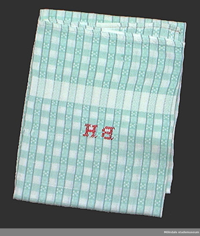 Vit och turkosrandig handduk i halvlinne (50% linne och 50% bomull). Korsstygnsmonogram BH i rosa (=damhandduk).