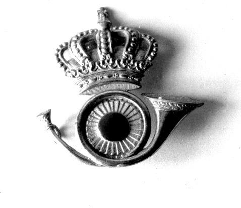 Mössmärke bestående av ett högervänt krönt posthorn med en nationalkokard i posthornets slinga. Mösstecknet användes på släpuniform för vaktbetjänter (brevbärare och brevlådetömmare).