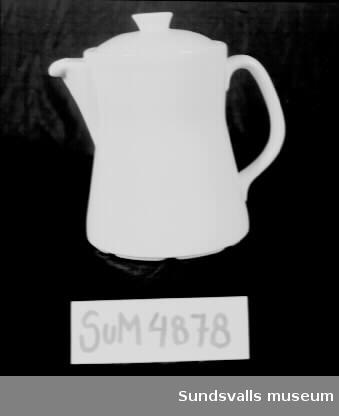 Vit kaffekanna i glaserat benporslin. Modell 'Gustavsberg SAX 5', design Stig Lindberg. För restaurangbruk. Litteratur: Lindgren, Bo Gunnar 'Servisporslin', sid. 90-95. Svenska slöjdföreningen, Stockholm 1962.