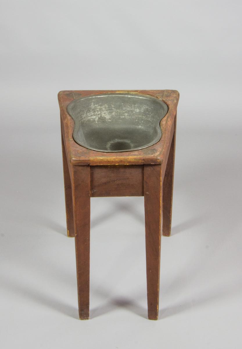 Bidé, rödmålad träställning på fyra ben med litet kar i driven koppar.