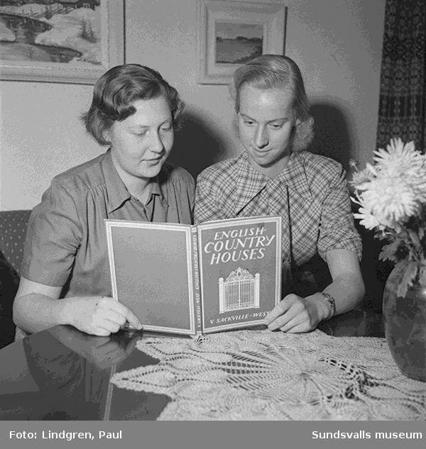 Två unga damer läser en engelsk bok, visar skor, håller ett tennisracket i handen
