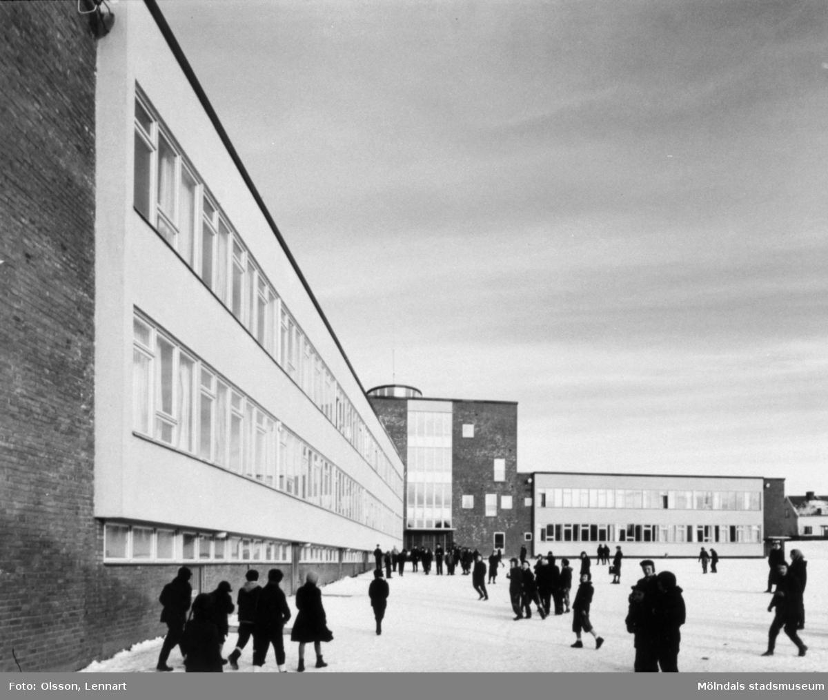 Sörgårdsskolan och dess skolgård. Barn på skolgården.