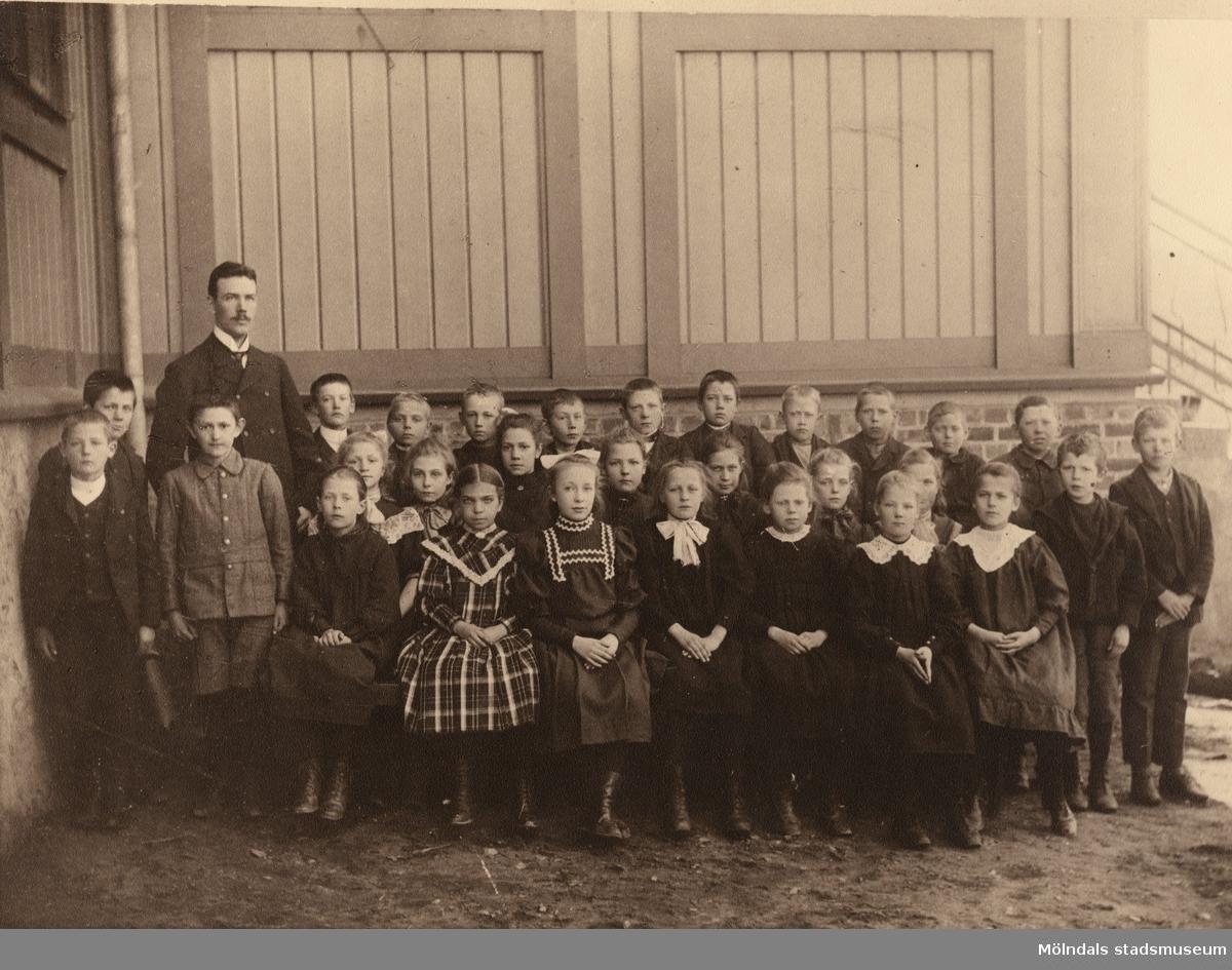 Johan Lundskog med skolklass på Kärra skola. Framför läraren står Algot Alminger (givarens morbror).
