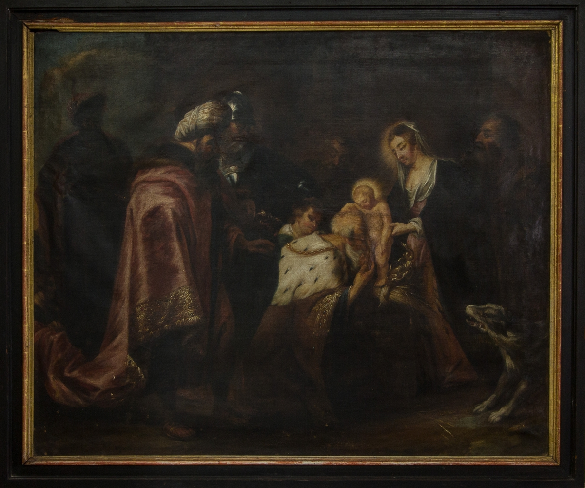 Religiös scen med de tre vise männen som uppvaktar Jesusbarnet som stöds av Maria. Josef skymtas till höger om Maria, ihop med en hund. Jesusbarnet och Maria med gloria. Scenen i mörk framställning där figurernas dräktprakt är framträdande.
