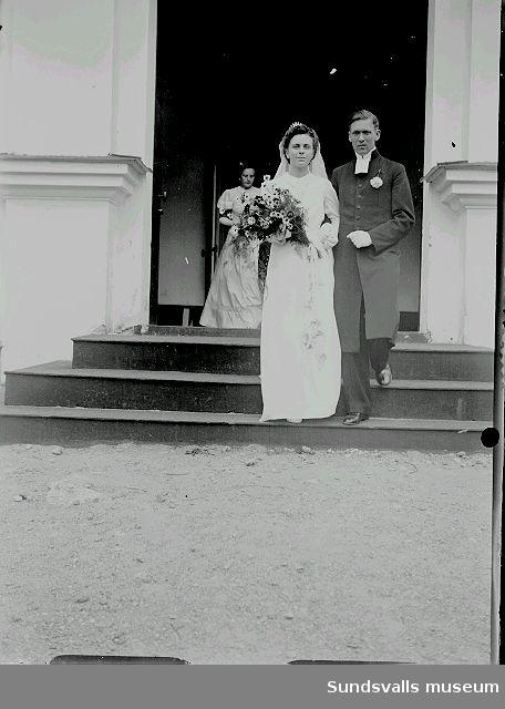Porträtt. Bröllop, bruden går ut från kyrkan tillsammans med prästen.