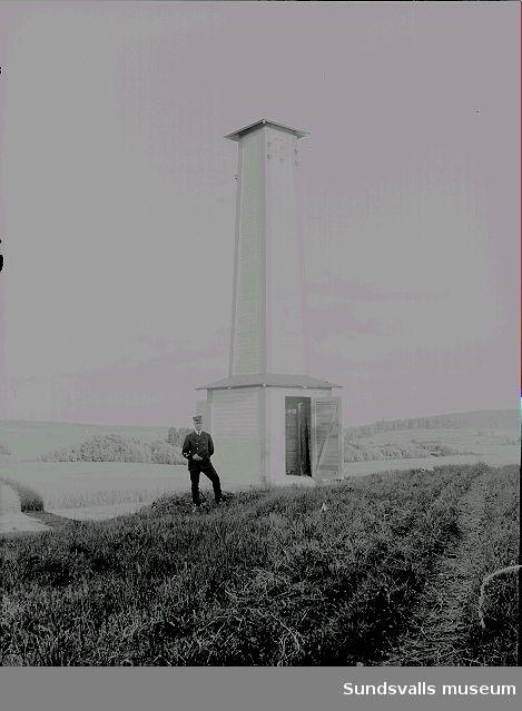 Man i uniform står bredvid en byggnad, telecentral.