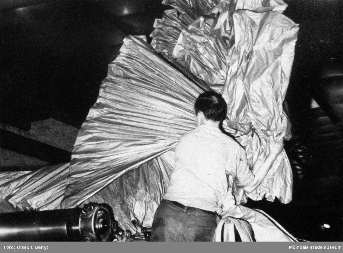 """Anders """"dansken"""" vid maskinglätten på Papyrus i Mölndal på tidigt 1960-tal."""