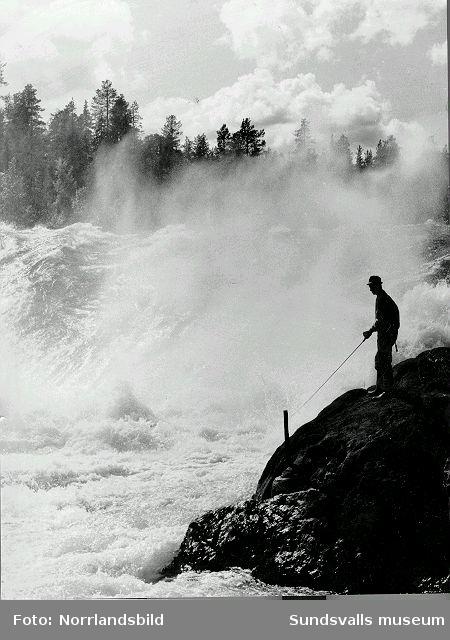 Man fiskar vid ett vattenfall.