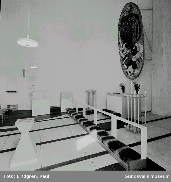 """Interiör från Nacksta kyrka, ritad av arkitekt Peter Celsing och invigd 1969. Koret med Vera Nilsson altartavla """"De tre vise männen""""."""