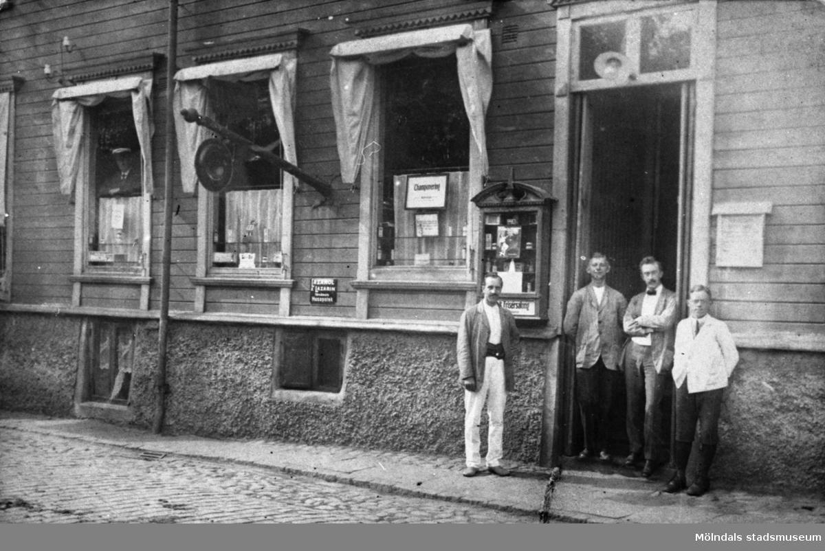 Frisersalong i Mölndals Kvarnby, troligtvis 1900-1910. Från vänster står möjlig kund, Henriksson, Widgren och tvålpojken Nils Engberg.