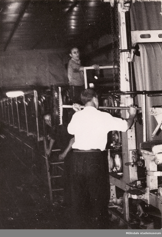 Kurt Floman vid Tredje pressen vid Pappersmaskin 10 på Papyrus, 1962.