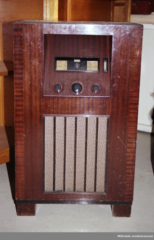 """Radion är från personalmatsalen. Saker som stod på Streteredshemmets vind innan Mölndals museum hade sin utställning """"Är du inte riktigt klok?"""". Årtal okänt."""
