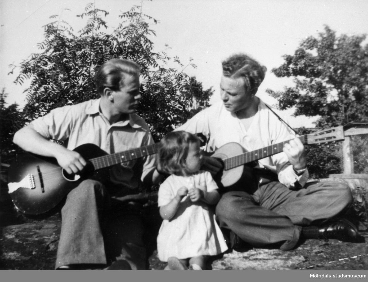 """Gitarrspel av bröderna Stig och Claes Alberts samt systerdottern """"Stintan"""" Gullers i Tulebo, 1940-tal."""