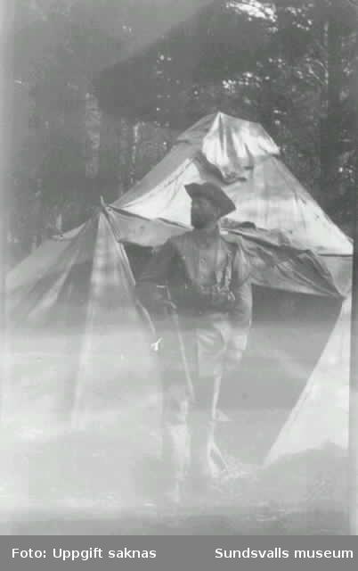 Axel Fjellström i landstormens uniform utanför tältet.