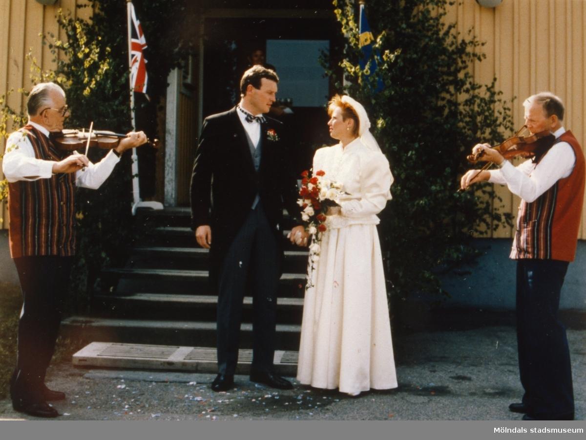 Ivar Andersson (t.v) spelar fiol på bröllop. Brudpar, plats och årtal okänt.