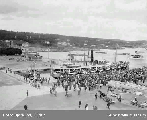 S/S Westernorrland i Sundsvalls hamn 1904 med studenter ombord. Båten byggd 1867.