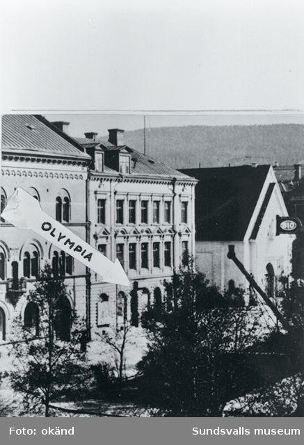 Den 9 december 1905 öppnade Sundsvalls första biograf, Olympia, i hörnet av Östra Esplanaden och Trädgårdsgatan. Biografen, eller Kinematograf-Teatern som det även kallades, hade 50 platser och ett självspelande piano. Till höger ses Svea-biografen.