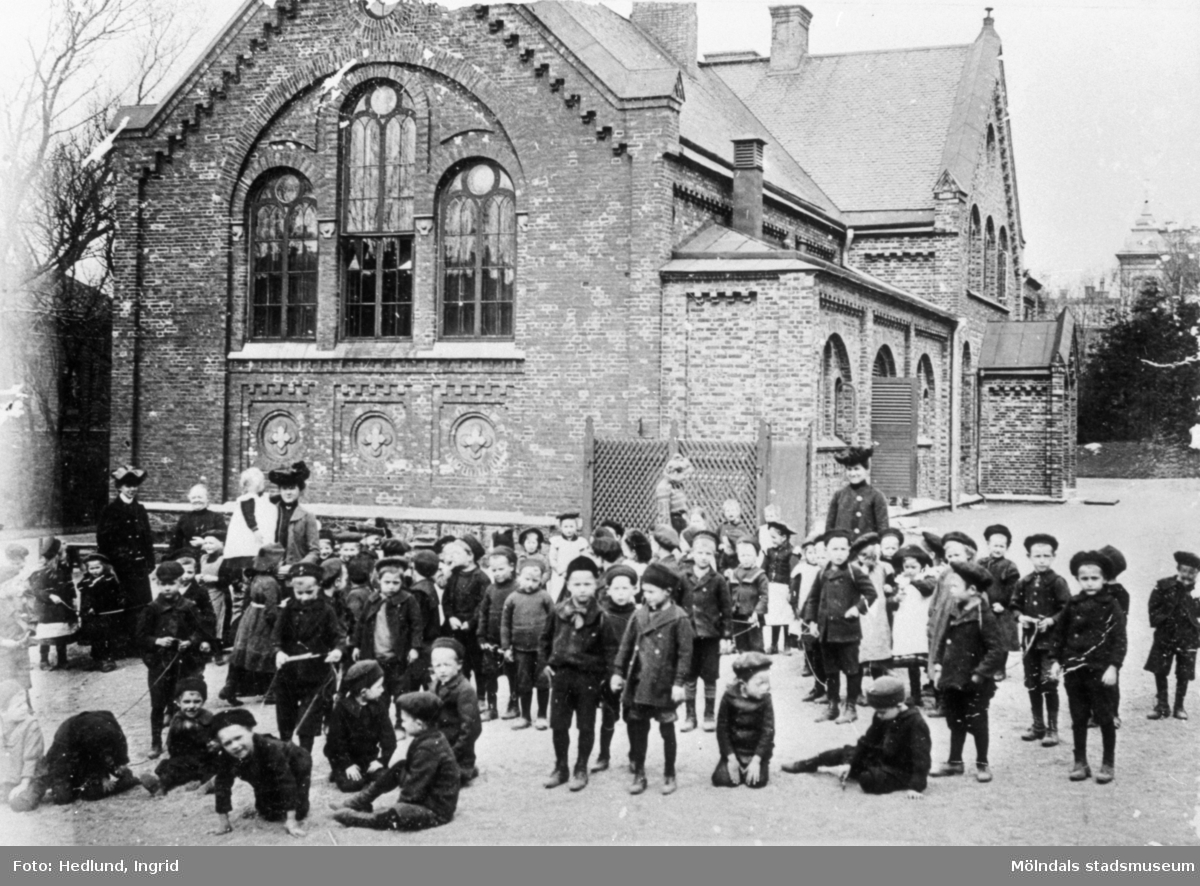 Förskola Folke Bernadottes gata 4, Göteborg. Årtal okänt. Barnen står utanför förskolan.