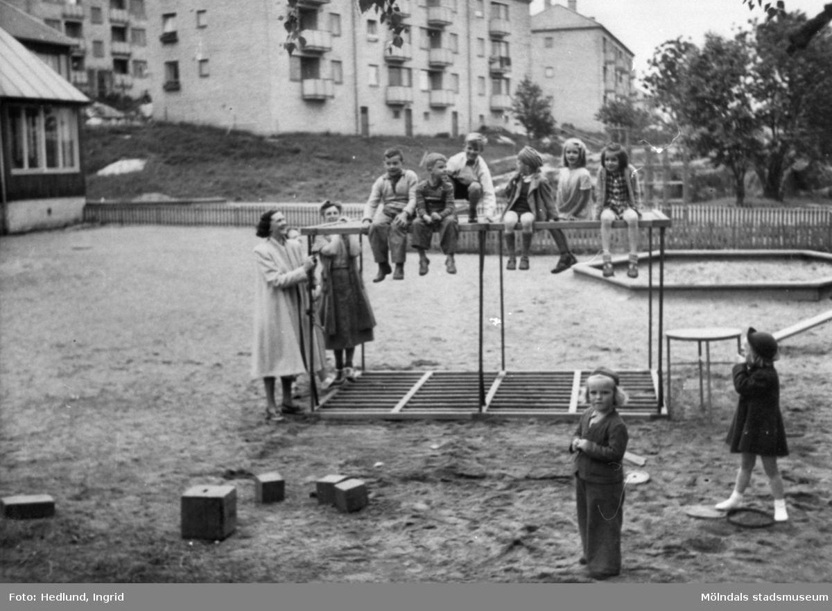 Lekande barn på en lekplats utanför ett daghem. Guldheden i Göteborg 1945-.