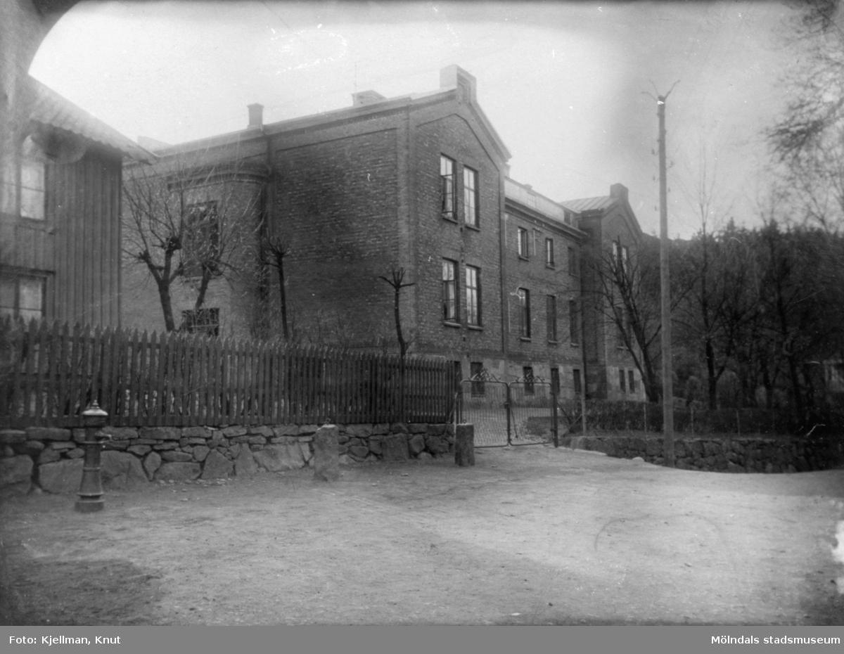 Gamla sjukstugan, f.d Polisstationen samt f.d Mölndals museum på Norra Forsåkersgatan 19, 1920–1930-tal. Framför huset finns staket och vattenpump.