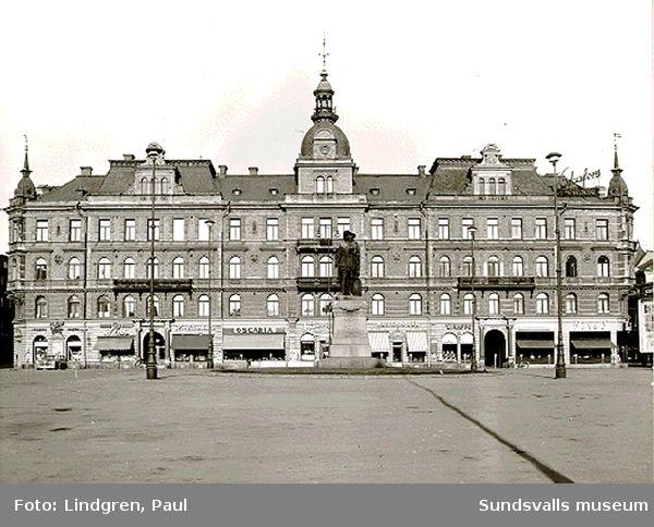 Hirschska husets fasad mot Stora torget, kv Nyttan 3 och 6, Storgatan 17 och Kyrkogatan 18