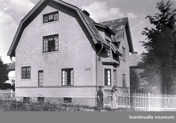 Hus uppfört 1910 av Johan August Esping i kv. Afrika, Norrmalm. t v fru Esping.