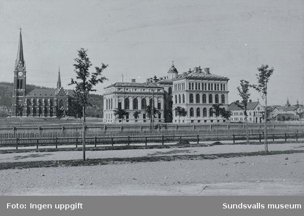 Från vänster Gustav Adolfskyrkan, Allmänna Läroverket (Hedbergska skolan) och i förgrunden järnvägsspår.