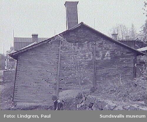 Byggnad som ska rivas på Södermalm. Detta är smedjan vid Schrödters vagnmakeri på Fredsgatan 15.
