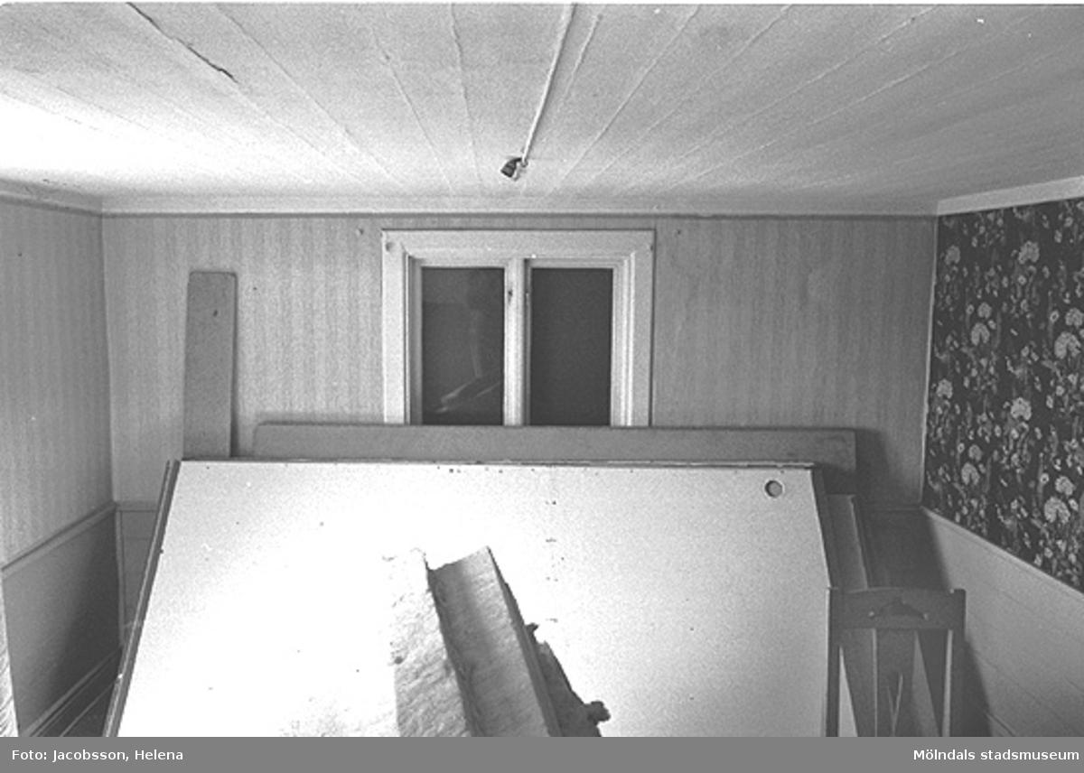 Omöblerad interiörbild i bostadshus på Roten M 27 i Mölndals Kvarnby, 1972.