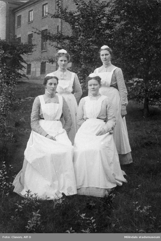 Sköterskor utanför Mölndals sjukstuga (senare även polishus samt Mölndals museum) år 1904. Övre raden fr. v. Maria Andersson och Gerda Johansson. Främre raden fr. v. Elisabet Andersson och Julia Karlsson.