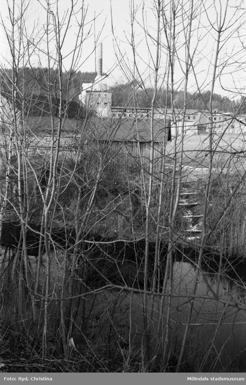 """Stenskodd """"flottningsplats"""" vid Lindomeån 1991. I bakgrunden syns Werners fabriker."""