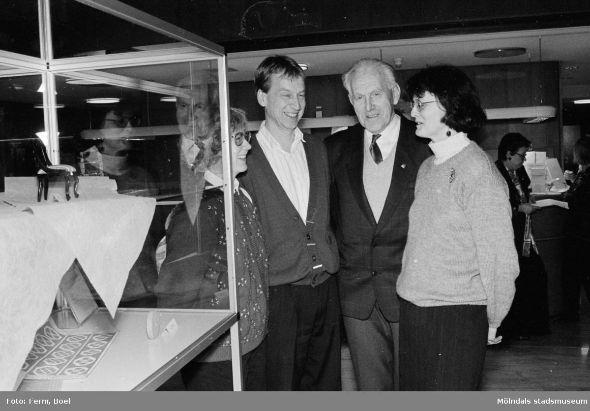 Prisutdelning i Mölndals stadshus vid tävling om Mölndals souvenirer i februari 1992. Sven-Olof Olsson samt konstintendent Bodil Magnusson står längst till höger.
