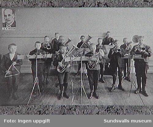KFUM:s hornmusikorkester. Femte pojken fr.v. är Erik Modin.