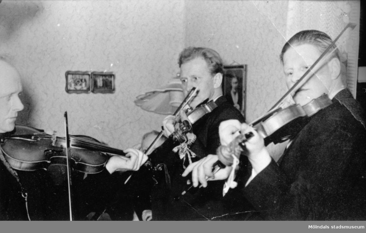 Del av Hällesåkers spelmanslag. Bröderna Arvid, Gustav och Ivar Svensson övar hemma hos Dahlbergs, 1960.