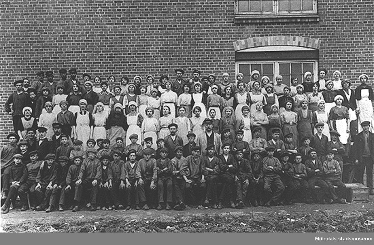 Spinneriarbetare utanför Krokslätts fabriker, omkring 1915-1918.