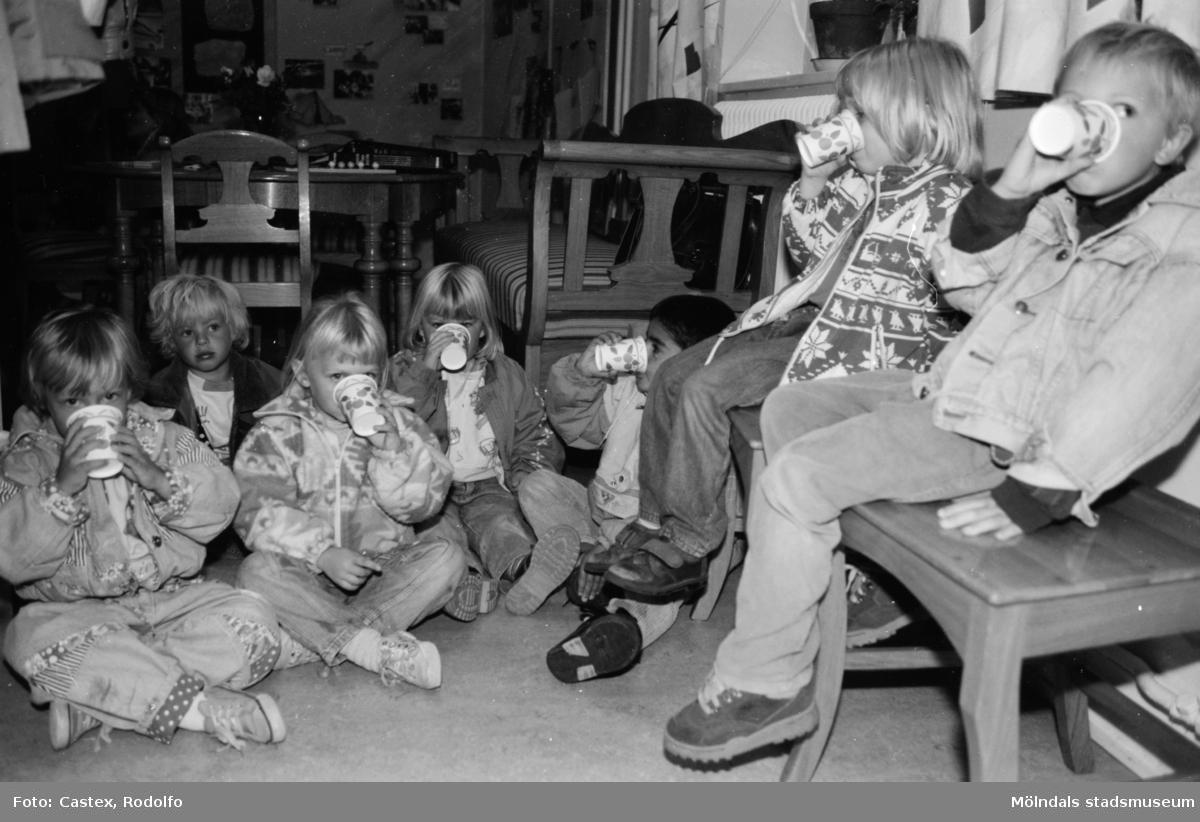 Barn sitter och fikar i samband med en utställningsvernissage av och om Katrinebergs daghem på Mölndals museum 1993-09-10.