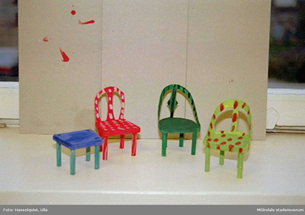 Familjesöndag med tillverkning av miniatyrstolar. Se även 1994_1035-1994_1045.