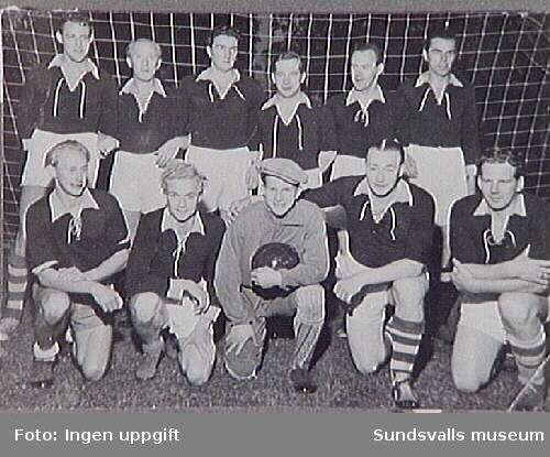 Sidsjöns Idrottsförenings fotbollslag, bestående  av manliga skötare, 1952. Inlån av fotografiet från psykiatriska klinikerna. Sundsvalls sjukhus, inför publikation och utställning om Sidsjöns sjukhus, producerade 1993.