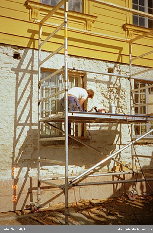 En byggnadsställning och fasadarbete vid Gunnebo slott 1988.