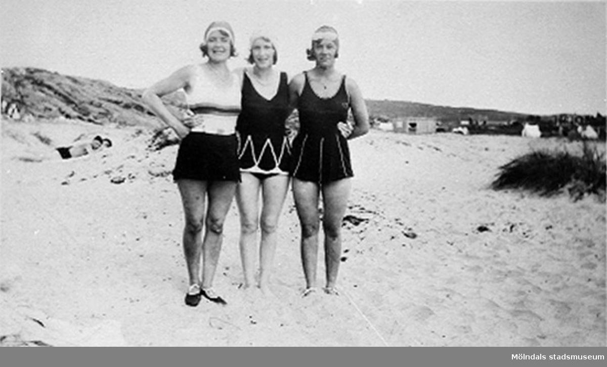 Karin Hasselberg, längst till vänster, står tillsammans med två väninnor på Åsa badstrand, 1940-tal.