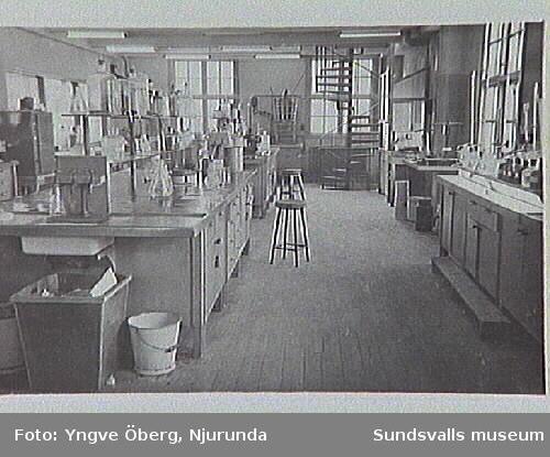 Interiör från laboratoriet i sulfitfabriken, Svartvik, Njurunda.