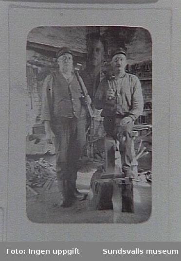 Smedjan vid Hörningsholms sågverk omkring 1927. Fr v släggdrängen Josef Lindström från Småland och  smeden G V Lindström.